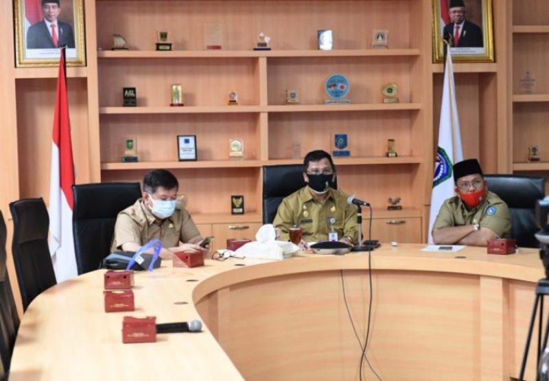 Melalui Aplikasi Zoom Isdianto Pimpin Rapat OPD dari Gedung Daerah
