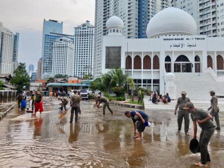 Satpol PP bersama Warga Kerja Bakti Bersihkan Lumpur Sisa Banjir di Tanah Abang