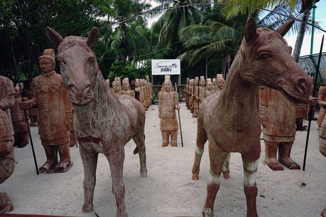 Patung Terracotta Army di pantai Tongaci, Bangka