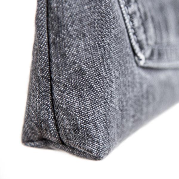 Lehtitaskun alakulma otettu sisään, jotta taskuun tulee kolmiulotteinen vaikutelma