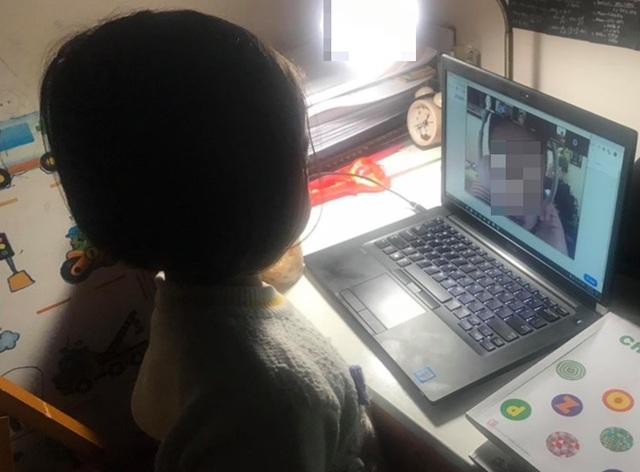 Học sinh tiểu học trong giờ học online