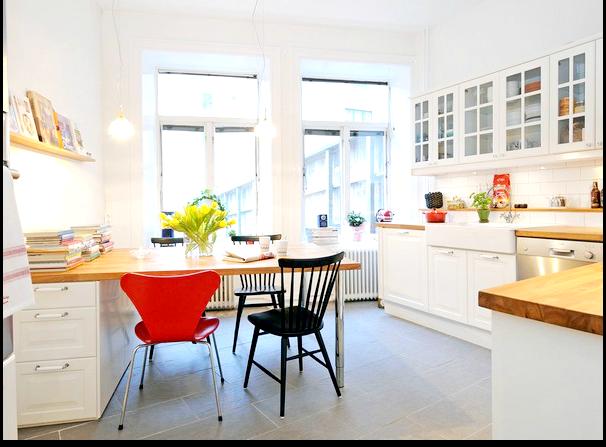 czerwone krzesło w kuchni