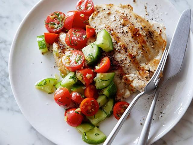 Piletina na žaru sa salatom od rajčice i krastavaca