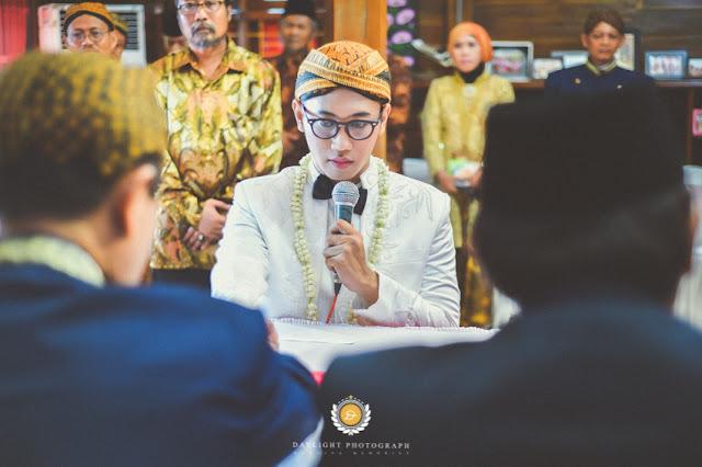 Pengantin pria mengucapkan akad atau sumpah perkawinan di hadapan calon mertua di ngawi jawa timur