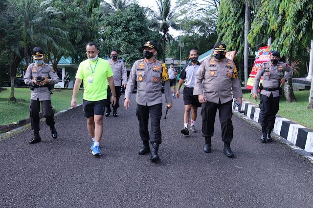 Palembang - Kapolda Sumsel Irjen Pol Prof.Dr.Eko Indra Heri S.,M.M silahturahmi ke Danpomdam II Sriwijaya, Selasa (23/6) bertempat di kantor Danpomdam II Sriwijaya km 5 Palembang. Kapolda Sumsel didampingi oleh Karo SDM Polda Sumsel, Karo Log Polda Sumsel.  Kedatangan kapolda sumsel dan rombongan disambut baik oleh Komandan Pom Dam II Sriwijaya Letkol CPM Asharianto, S.E.  Adapun maksud dan tujuan kedatangan kapolda sumsel selain ingin bersilahturahmi, beliau juga ingin dalam menjelang pemilukada serentak 2020 nanti, Kita harus saling berkoordinasi satu sama lain untuk menjaga stabilitas keamanan yang ada di wilayah sumsel. Karena dalam menciptakan wilayah sumsel agar sumsel Zero Konflik dan kondusif kita harus kompak serta menjaga nya bersama supaya Pemilukada yang kondusif, aman, damai dan sejuk dapat tercipta diwilayah sumsel yang kita cintai ini, ujarnya.(Tri Sutrisno)