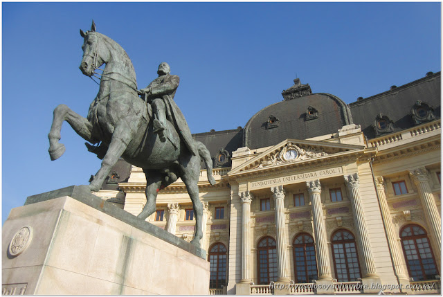 Estatua de Carlos I y la biblioteca de la Universidad