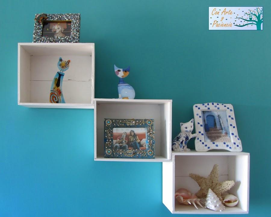 gatos,decorar,decoración,cajas,blancas,estanterías,marcos de fotos,lámpara,tiffany,