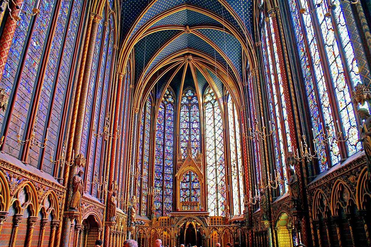 São Luís mandou construir a Sainte Chapelle para servir de relicário da Coroa de Espinhos