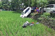 Mobil Datsun Seruduk dua Kendaraan Hingga Masuk Sawah, Satu Orang Tewas