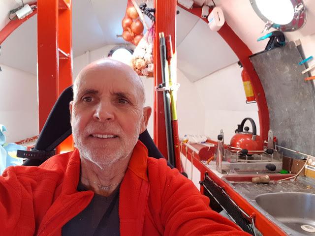 72-летний пенсионер за 122 дня переплыл океан в бочке