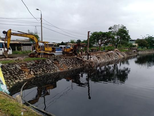 """Người dân lo """"mất Tết"""" vì sống cạnh hồ điều tiết quanh năm ô nhiễm ở Đà Nẵng"""