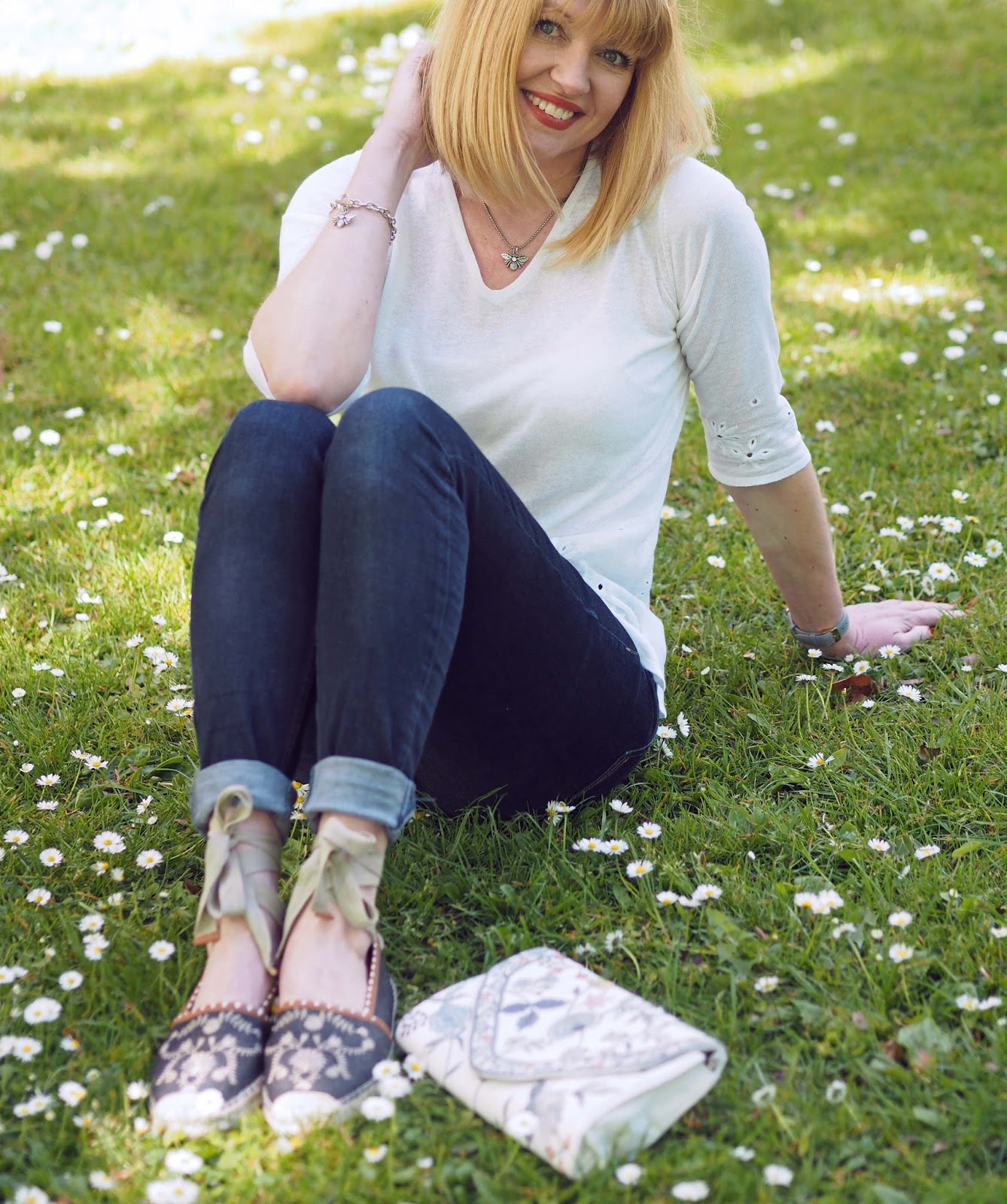 What-Lizzy-Loves-white-daisy-embroidered-linen-top-skinny-jeans-flower-embroidered-tie-espadrilles-clutch-bag