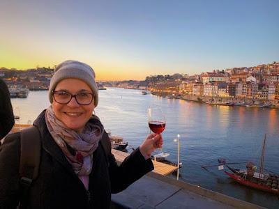 guia brasileira com vinho do Porto e cidade do Porto e rio Douro ao fundo