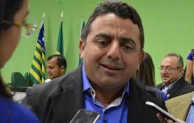 Prefeito Ribinha atrasa salários, nega 13ª e deixa servidores com o nome sujo em Campo Maior
