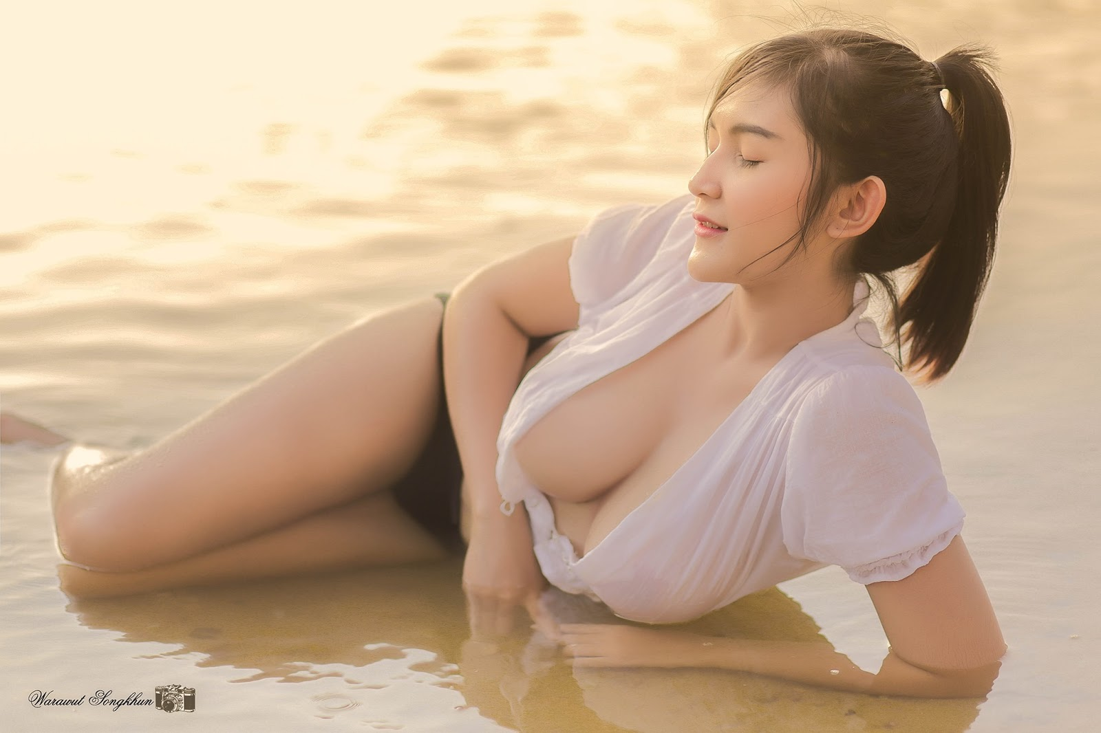 No mắt với bầu ngực căng tràn của mẫu nữ mới nổi Thái lan