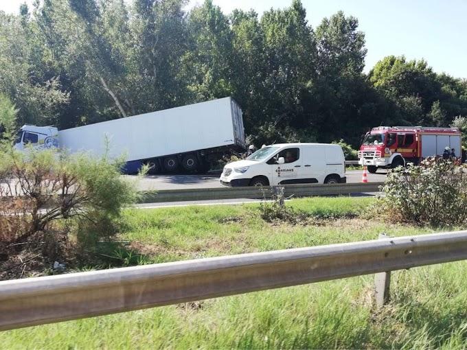 Kamion borult az árokba, óriási a dugó az M7-es autópályán