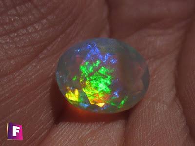 efecto de dispercion de la luz por la estuctura interna del opalo - juego de colores