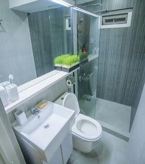 Desain kamar mandi minimalis kloset duduk dengan shower pembatas kaca dan wastafel di dalam  20+ Desain kamar madni minimalis