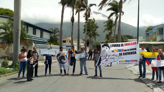 VENEZUELA: Protestan ante la embajada de Cuba en Caracas en rechazo a la injerencia cubana.