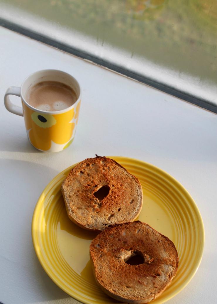 Healthy breakfast ideas (vegan friendly): whole wheat bagel + coffee