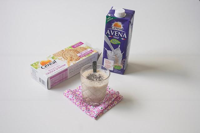 Frullato con bevanda Avena Bio, Céréal biscotti alla crusca d'avena, mela, mandorle e semi di chia