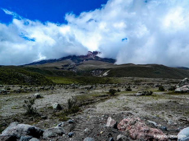 O vulcão Cotopaxi entre as nuvens