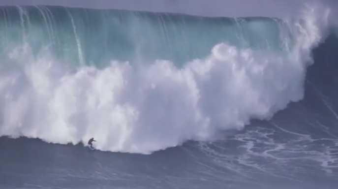 Onda gigantesca em Nazaré 01-01-2018 surfista brasileiro Marcelo Luna