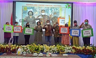 Bupati Dairi Tutup Festival Kopi Sidikalang, Kelompok Tani Ina Nalambok Parbuluan Juara I Lomba Green Bean Arabika