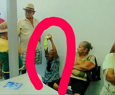 Em Pão de Açúcar, idosa espera por atendimento sentada no chão da agência do Banco do Brasil