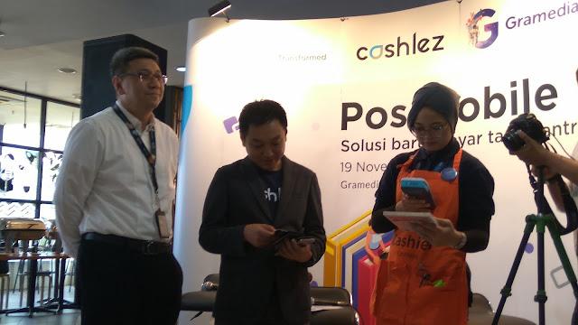 CEO Cashlez Teddy Tee melakukan simulasi pembelian buku di Toko Buku Gramedia dengan menggunakan cashlez (dok.windhu)