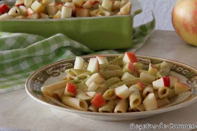 Macarrones integrales (Pennette rigate integrali) con pesto y manzana.