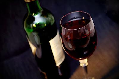 Kieliszek i butelka z czerwonym winem