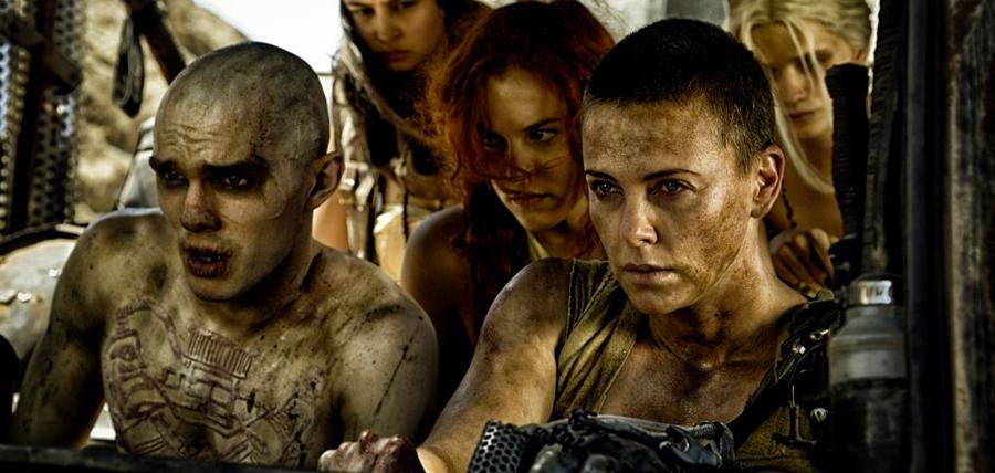 Nicholas Hoult şi Charlize Theron în Mad Max: Fury Road
