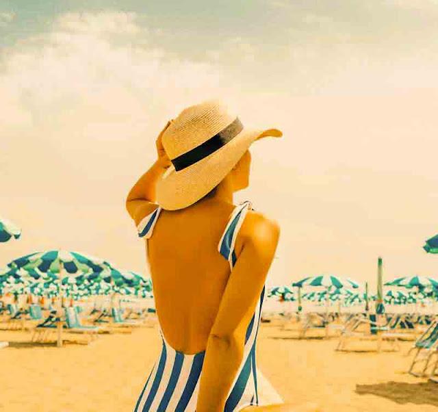 Mulher com chapéu de verão em praia