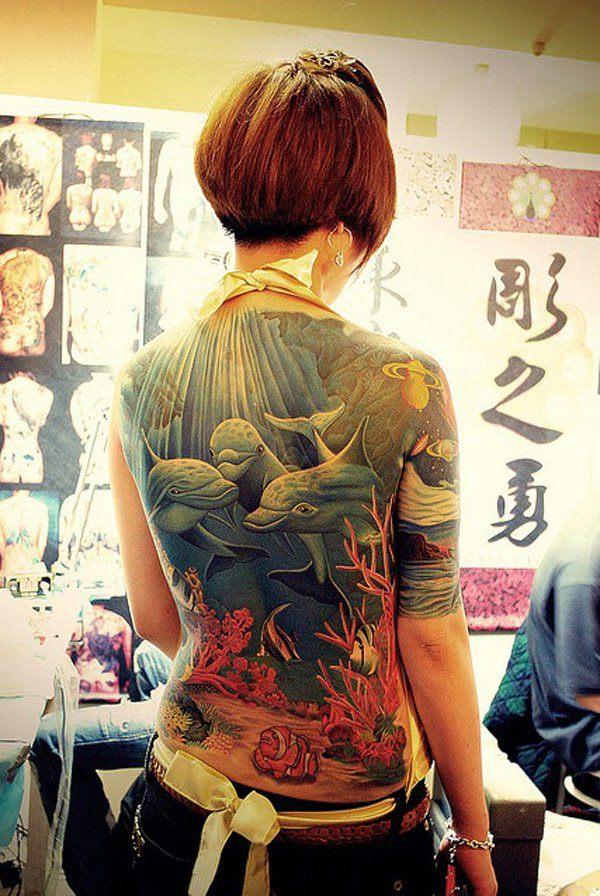 fotografia con tatuajes de delfines