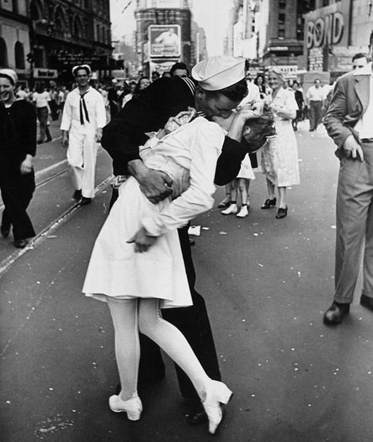 A Vintage Nerd, Vintage Blog, Kissing Sailor Photo, Vintage Photography, WWII Photos