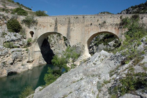 """το πέτρινο γεφύρι του «Διαβόλου» (""""Le Pont du Diable"""")"""