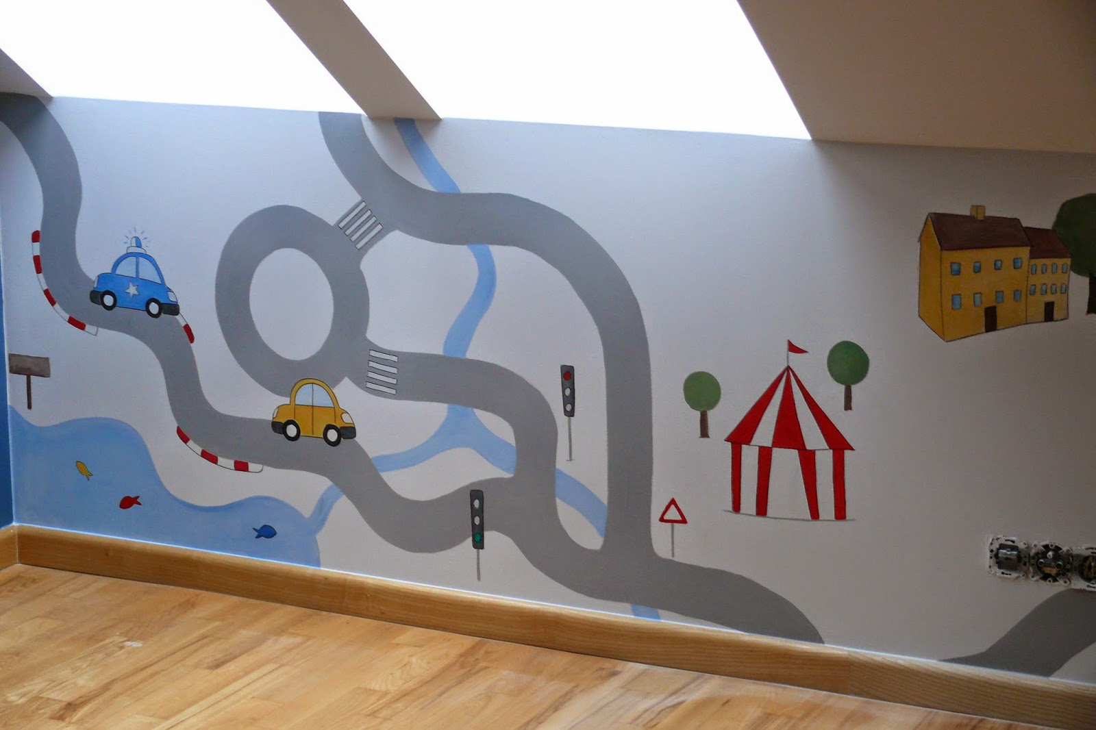 Malowanie prostej grafiki ściennej w pokoju niemowlaka, Toruń
