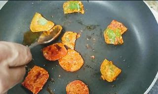 Grilling tomato capsicum cubes on pan for paneer tikka masala recipe