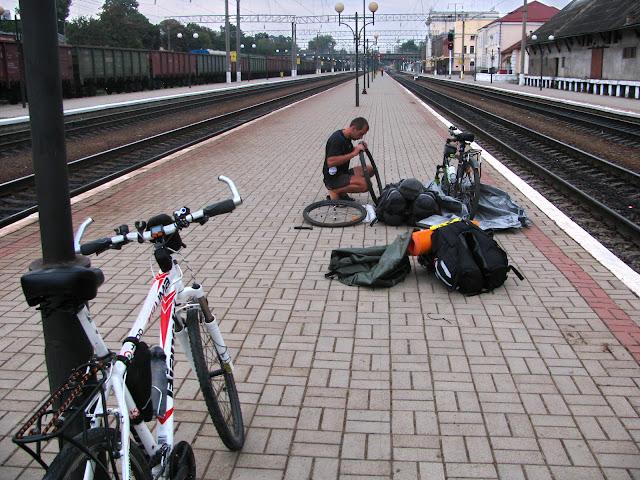 выгрузка велосипедов с поезда