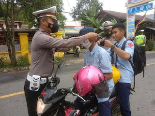 Bagi Masker Kepengendara, Satlantas Polres Enrekang Lakukan Bakti Sosial Dalam Rangka Hari Lalu Lintas Bhayangkara Ke-66