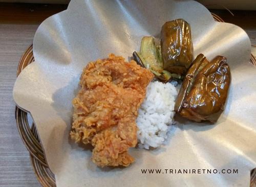 di ayam geprek pangeran bisa gratis nambah nasi, lalapan, dan teh tawar sepuasnya.