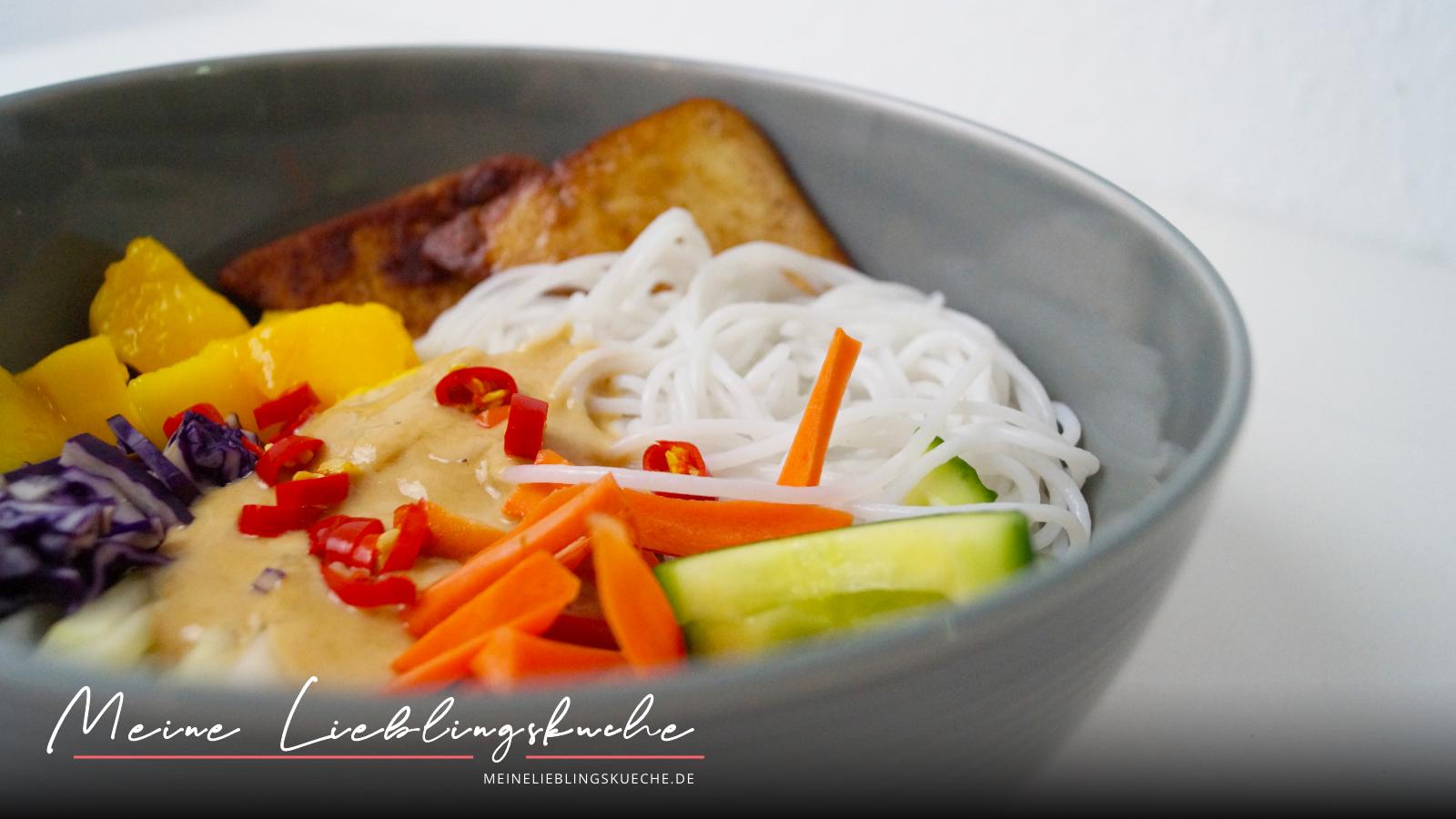 Asiatische Bowl mit Glasnudeln, Erdnusssauce und mariniertem Räuchertofu