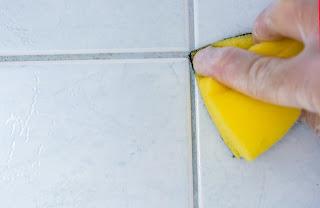 Pakailah cairan pembersih yang bisa menyentuh hingga sela-sela keramik