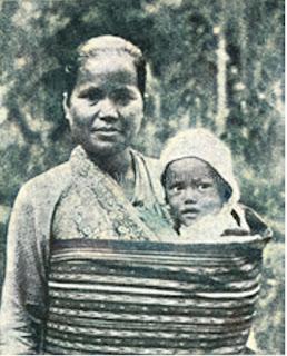 seorang bibelvrouw atau penginjil wanita dari laguboti dan seorang anak