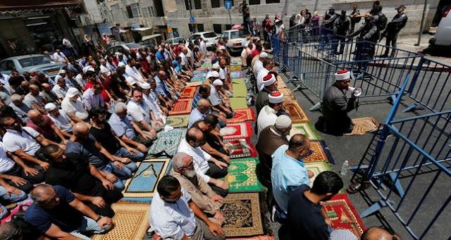 Warga Di Sekitar Al-Aqso Protes Ke Israel dengan Shalat di Luar Masjid