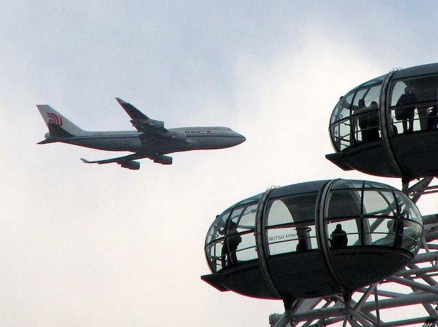 Avião perto da London Eye em Londres