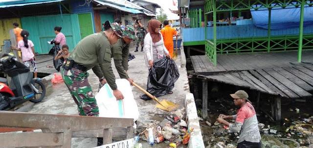 Sambut Hari Lingkungan Hidup, Satgas 755 Kostrad Bersihkan Sampah di Pasar Induk Asmat Papua