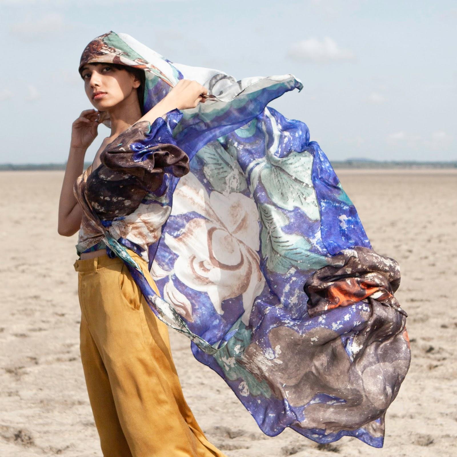 Pantalones de seda mostaza junto a blusa y pañuelo estampado de seda de colección  Ladakh de XAD