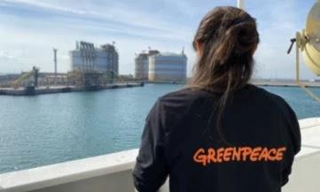 Greenpeace bloquea un gran barco gasista en el puerto de Sagunto mientras vende gas en Alemania